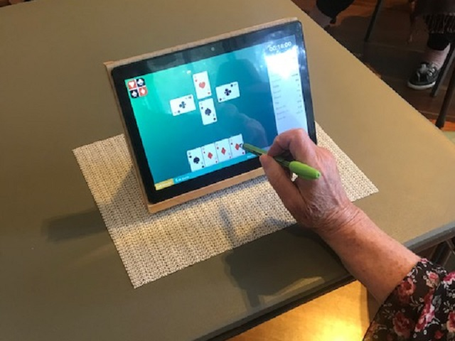 Playing Bridge on a tablet